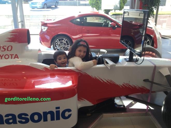 Peques en coche de carreras
